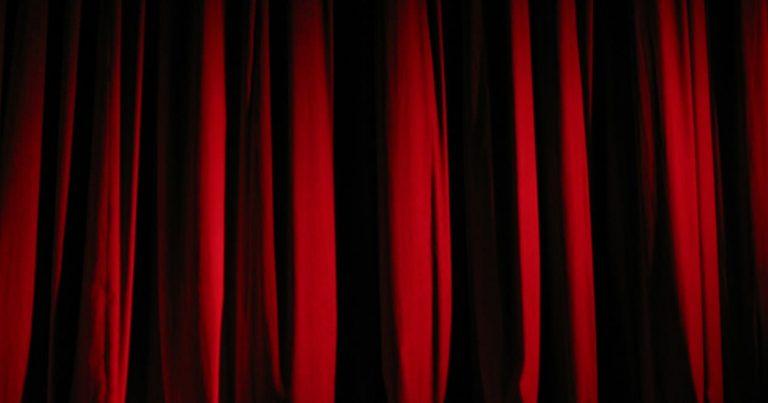 深紅のカーテン