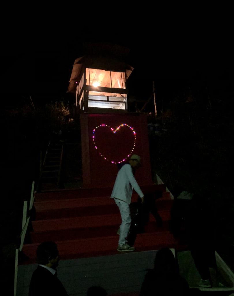 暗がりの中、迎えたゲストと共に急な雛壇を昇る浅原さん