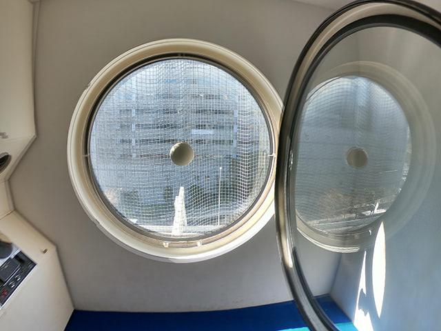 内ドアが開く大きな円窓